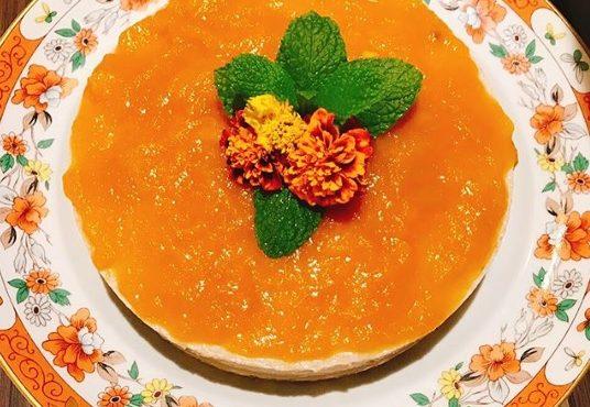 Cheesecake de manga com flores tagetes e água de flor de laranjeira