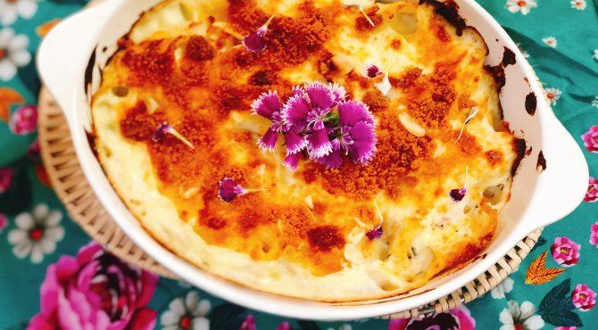Mac and Cheese Vegano com flores cravinas