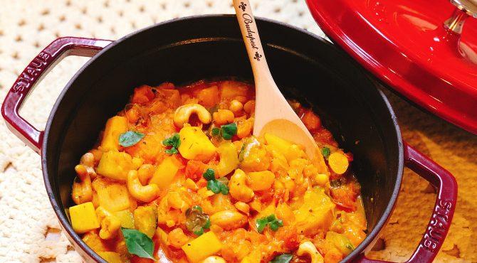 Curry de Legumes com flores de manjericão e trevos – sobre orgânicos e panc