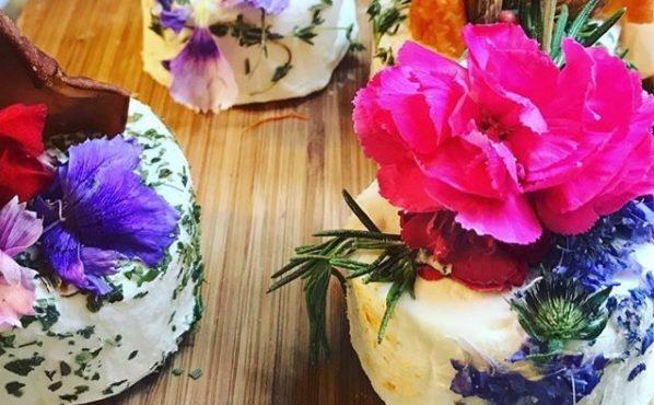 Queijo vegano decorado com flores comestíveis