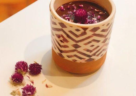 Chocolate quente vegano com flores de perpétua