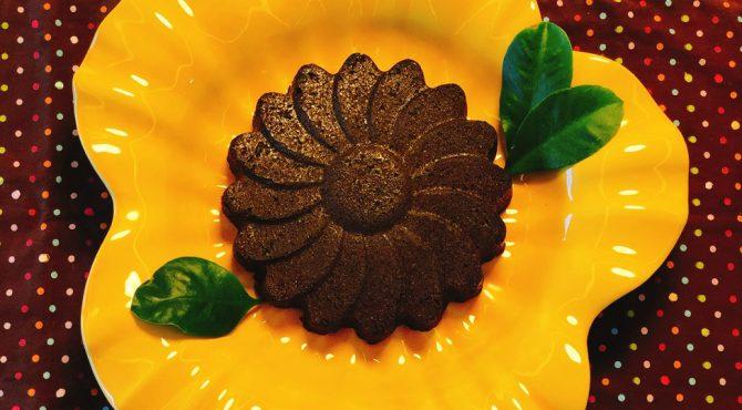 Torta vegana de chocolate com flores e folhas de ora-pro-nóbis