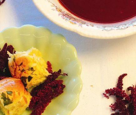 Sopa de beterraba com cebola roxa e elixir de flores de amaranto